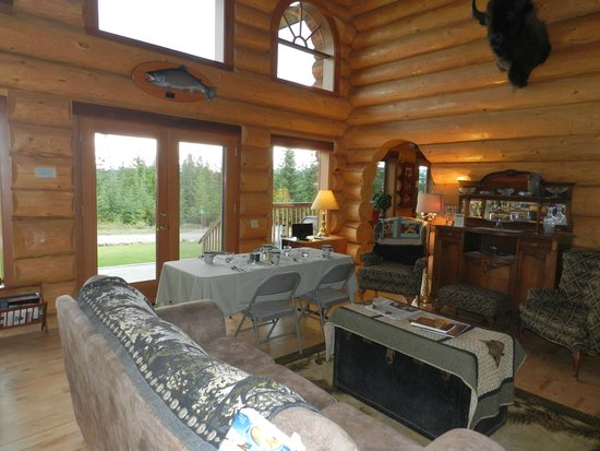 Log Spirit Bed and Breakfast: family area and used for dining in the morning