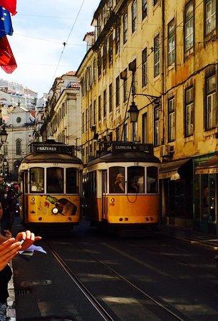 Lisbon Urban Adventures: Train jaune n°28. A faire absolument, un aller-retour ne coûte que 3€