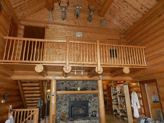 Log Spirit Bed and Breakfast: upstairs rooms and library