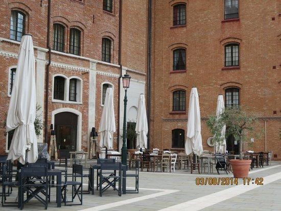 Hilton Molino Stucky Venice Hotel: Outdoor restaurant area
