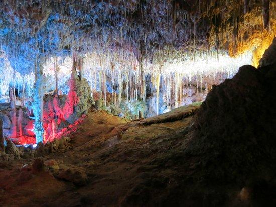 Cuevas dels Hams : Яркая подсветка