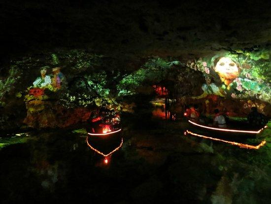 Cuevas dels Hams : Представление на подземном озерце