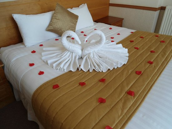 The Ocean View Hotel: Bed on arrival