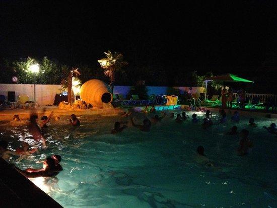 Camping Sandaya Riviera d'Azur: Piscine de nuit