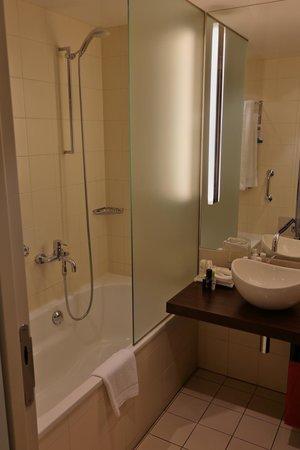 Radisson Blu Hotel, Berlin: Our bathroom