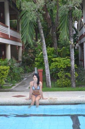 Tonglen Beach Resort: у бассейна в отеле