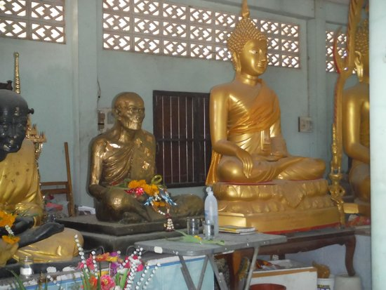 Apple Bungalows: Local temples