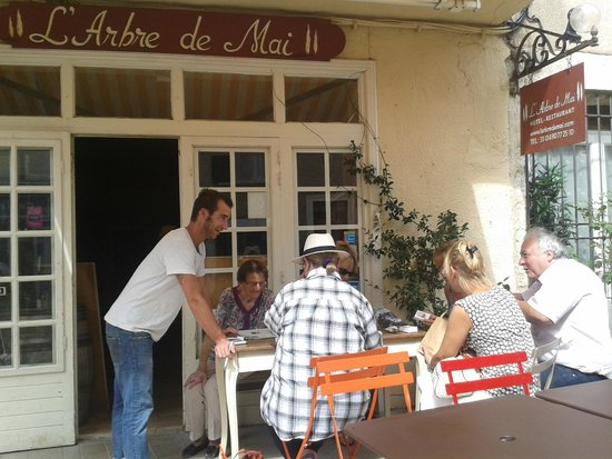 Hotel Restaurant l'Arbre de Mai: Terrasse