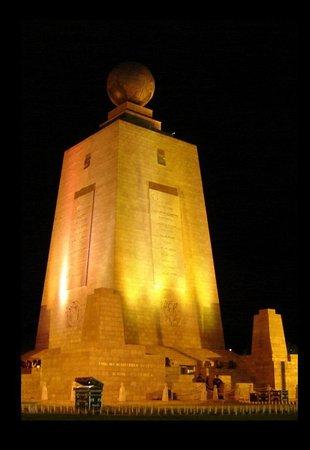 Mitad del Mundo: Emblemático Monumento Equinoccial