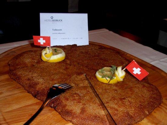Seminarhotel Seeblick: Riesen schnitzel in het Hotel Restaurant