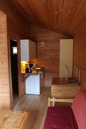 Viki Fjordcamping and Cabins: Hütte Nr. 10 Küchenzeile und Esstisch