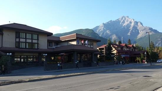 Banff International Hotel: The hotel is just a minute away from Banff town center