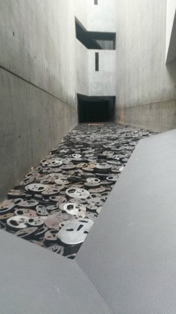 Jüdisches Museum Berlin: Memory Void - floor 1 next to special exhibition. A memorial with 10,000 sculpted faces....