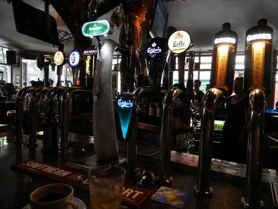 Turk's Head: View of taps at bar