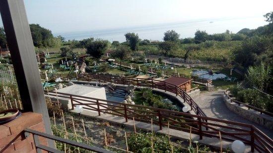 Resort Grazia Terme: Vista delle piscine e del mare dalla terrazza dove si serve il buffet