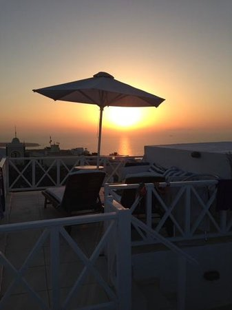The Museum Spa Wellness Santorini Hotel: tramonto dalla camera 19/18