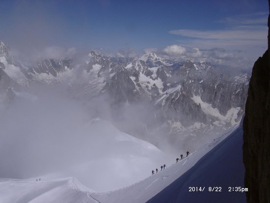 Une cordée arrive au sommet Aiguille du Midi ...