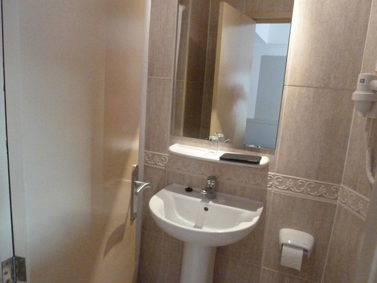 Playas del Rey Hotel: Bathroom that was a broom cupboard