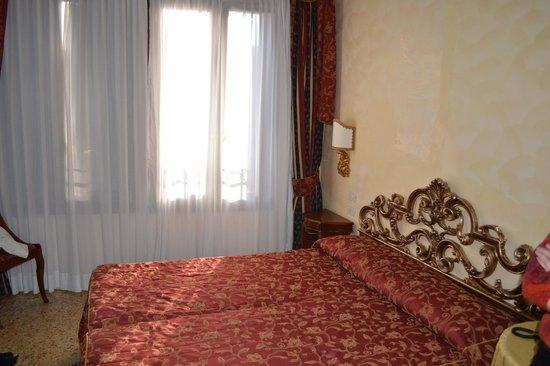 Hotel Tiziano: Bedroom bed