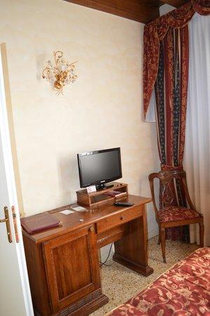 Hotel Tiziano: Bedroom TV
