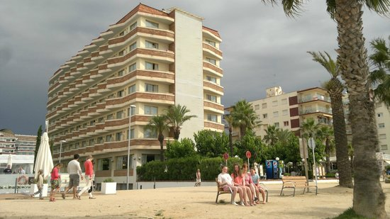 H·TOP Royal Sun: Looking to the hotel, standing on beach.