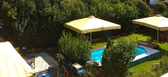Kalypso Studios & Apartments: il prato e la piscina