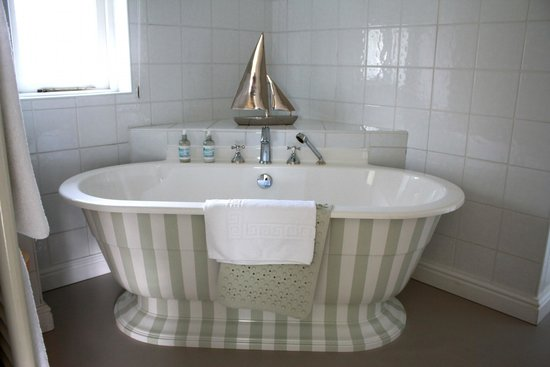 Wateredge Inn: First bathroom