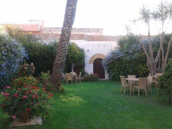 Carmine Hotel : Il curatissimo giardino interno
