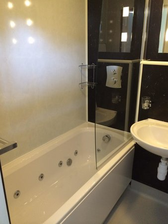 The Radnorshire Arms: Bathroom with jacuzzi bath plus shower