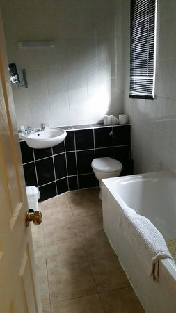 Watersmeet Hotel & Angling Centre: Modern bathroom