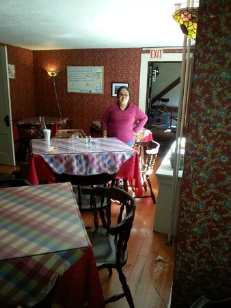 Nereledge Inn: Chitra in dining area