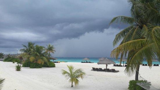 Constance Moofushi : The threshold of thunderstorm