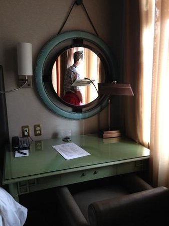 Hotel ICON, Autograph Collection: desk
