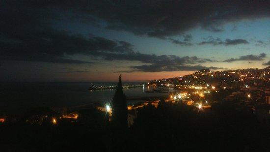 Hotel Quinta Bela Sao Tiago: вечерний город из окна отеля.