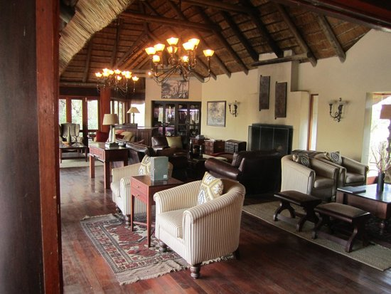 Imbali Safari Lodge: Relaxing, serene lobby