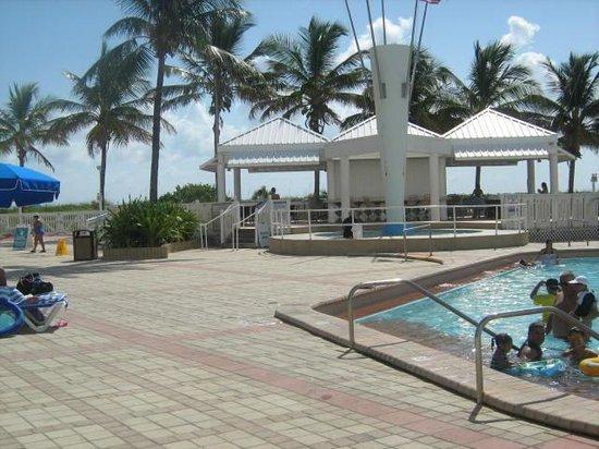 Deauville Beach Resort: pool bar