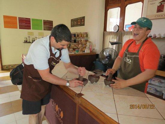 ChocoMuseo: Moliendo los granos de cacao