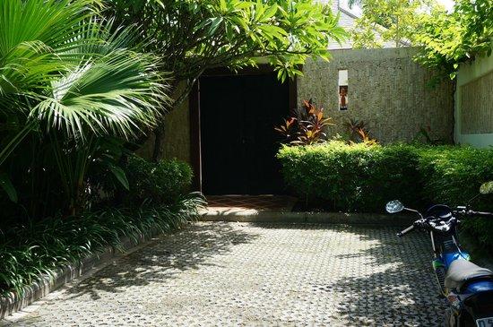 Miskawaan Luxury Beachfront Villas : The door leading into Villa Gardenia