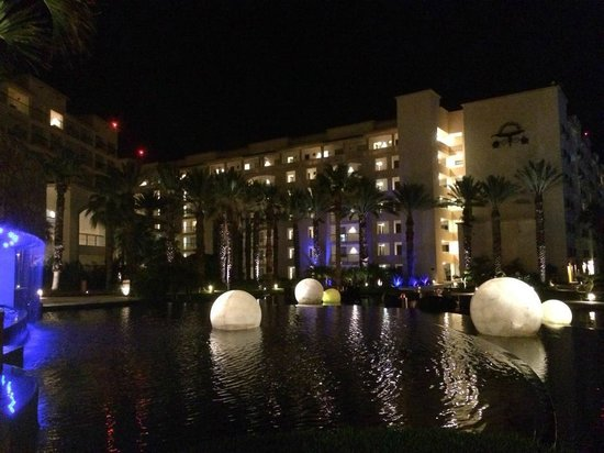 Hyatt Ziva Los Cabos: Nighttime view of the pool area