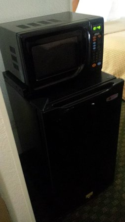 Days Inn Oyster Point: Mini Fridge and Microwave