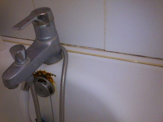 """Hotel Mac Bed: etat """"normal"""" d'une baignoire apres 10 ans"""