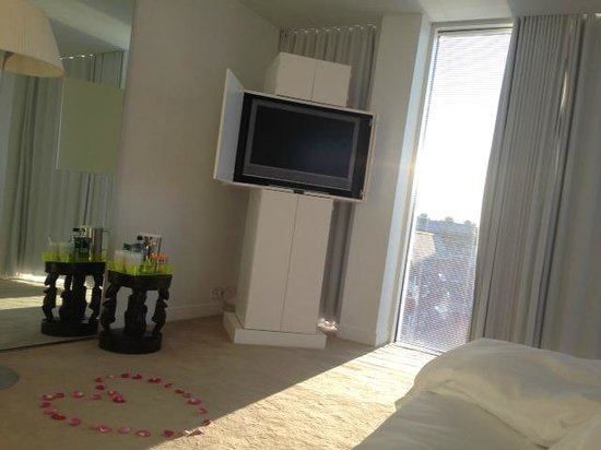 St Martins Lane London Hotel: Romantic TV view