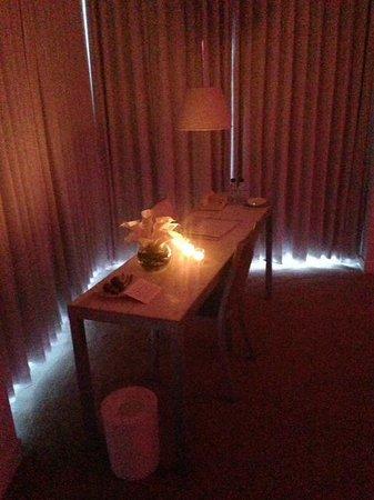 St Martins Lane London Hotel : Candlelit workstation