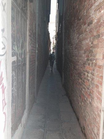 Palazzo Guardi : Down the alley