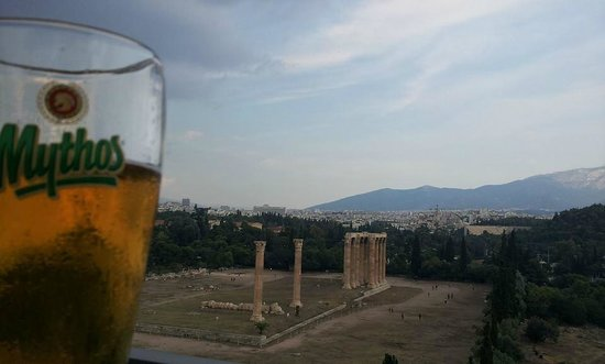 The Athens Gate Hotel: View of Temple of Zeus from rooftop bar
