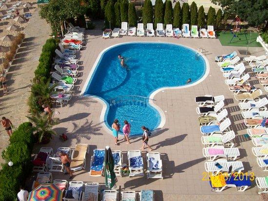 Aphrodite Beach Hotel: Utsikt til bassenget.