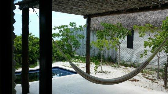 Hotel Xixim: Vista la hamaca en la suite