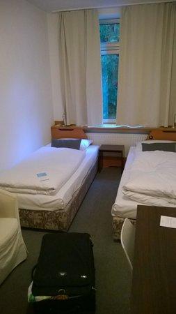 Schlafzimmer Hamburg blick ins enge schlafzimmer picture of hotel wedina hamburg