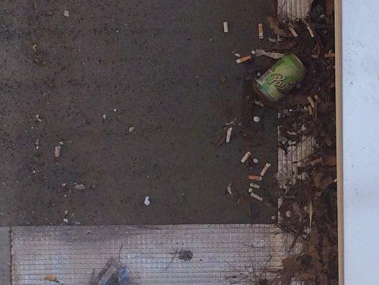 Ibis Budget Cannes Mouans Sartoux: Sigarette sotto la fonestra