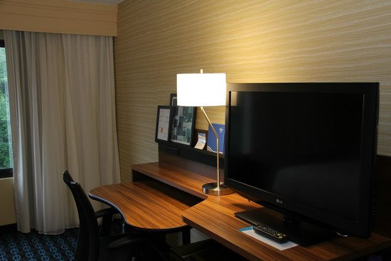 Fairfield Inn & Suites Rochester West/Greece: Nice Working Station w a lot of AC outlets